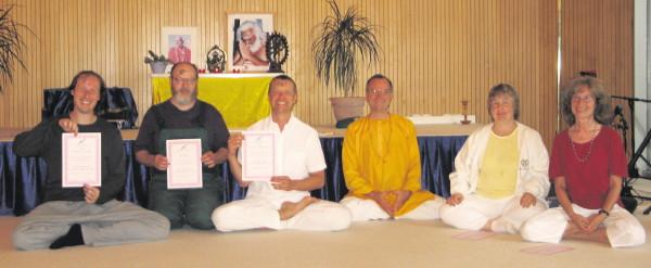 Mahadev, Dieter, Narendra, Sukadev, Shivakami, Suguna: Die ersten Yoga Vidya Acharyas