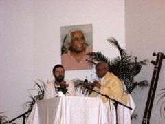 Shri Karthikeyan und Klaus unter dem Bild von Swami Vishnu-devananda