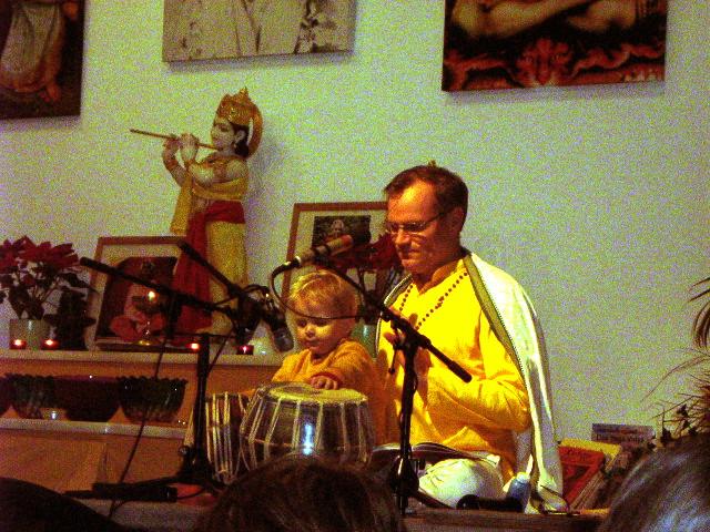 Sukadev und Tejas beim Tablaspielen im Satsang