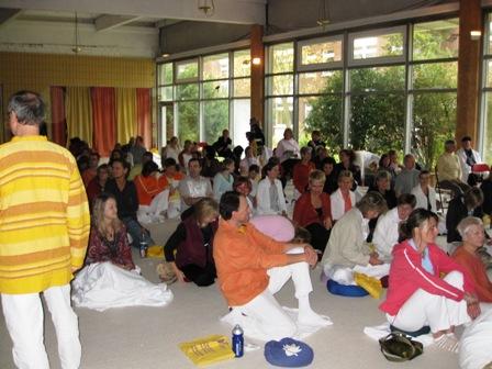 Warten auf den Beginn des Yoga Kongresses