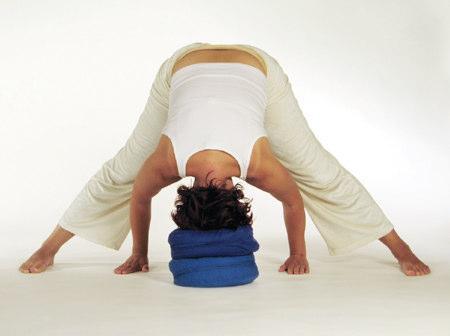 Yogaübung gegrätschter Kopfstand