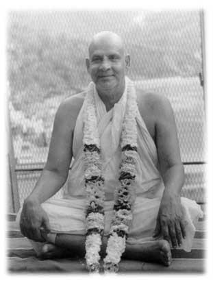 Swami Sivananda beim Meditieren