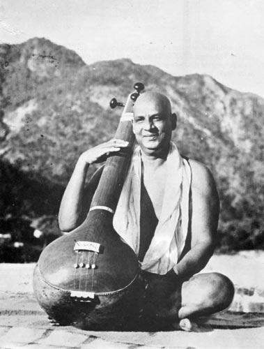 Swami Sivananda beim Vinaspielen