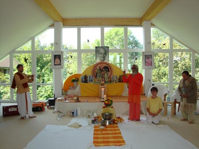 Swami Nityananda Und Rajlaxmi Gut Angekommen Yoga Vidya Blog Yoga Meditation Und Ayurveda