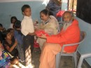 Swami Nitananda mit Kindern
