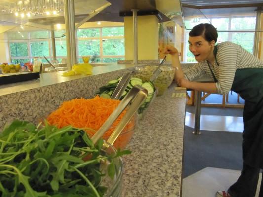 Janin am Salatbuffet