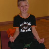Wilde Kerle üben Yoga