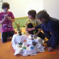Kinder bauen eine bunte Yogamitte