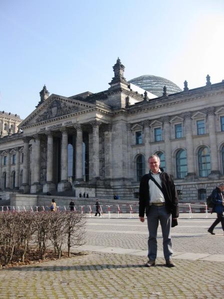 » Sukadev übt Yoga vor dem Bundestag  Yoga Vidya Blog