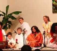 Shiva Shiva Shambho Mantrasingen zusammen mit Kindern