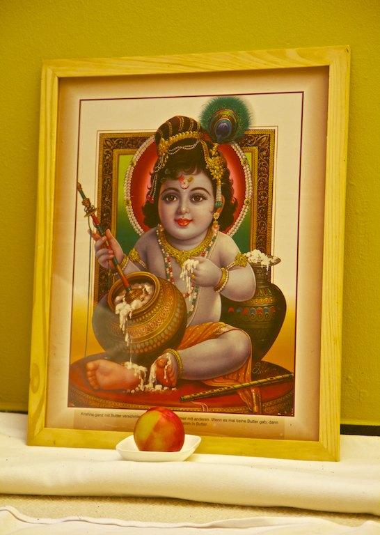 Baby Krishna mit Mango
