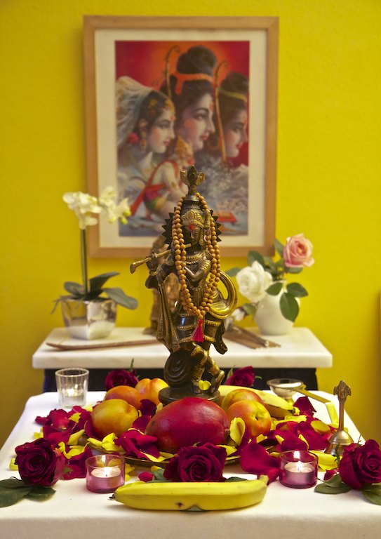 Krishna Murti mit Obst