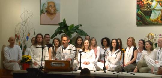 Gayatri Mantra mit Janajanmadi und der Ayurveda Gesundheitsberater Ausbildung