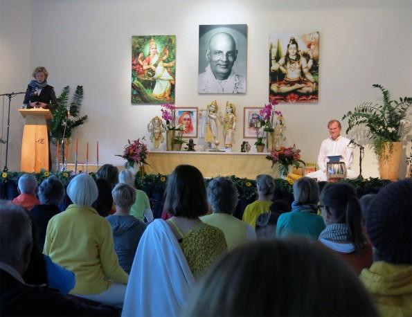 Begrüßungsansprache: Sukadev und Anke Peithmann, Vorsteherin des Landesverbandes Lippe