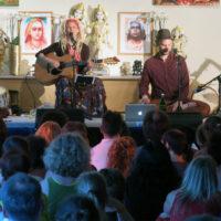 Yoga Vidya Musikfestival: Sängerin Spring und Band