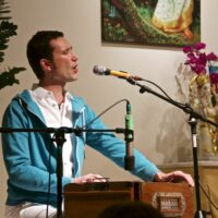 Sundaram singt