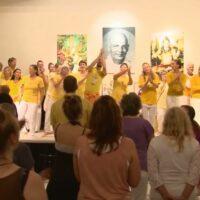 Teilnehmende einer Yogalehrer Ausbildung