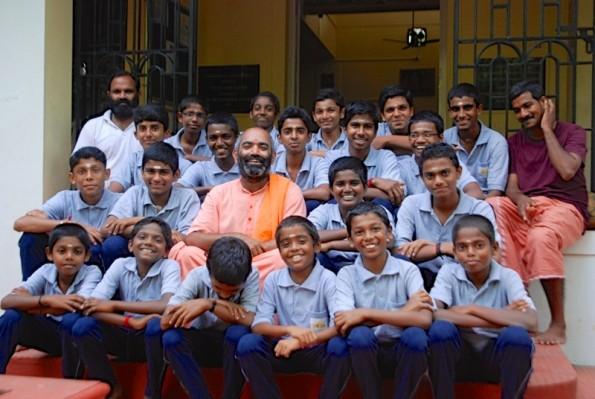 Swami Tattvarupananda mit Kindern aus dem Gurukulam