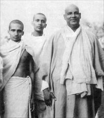 Swami Sivananda mit Schülern