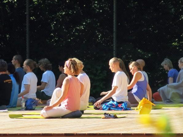 Yogastunde-im-Freien-Yogaplattform_085
