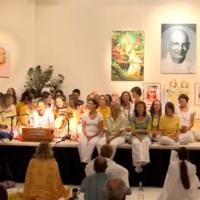 Jisa Hala Me mit einer Abschlussgruppe aus der Yogaleher Ausbildung