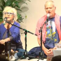 Gopi und Atmaram singen das Mantra Jay Mata Kali