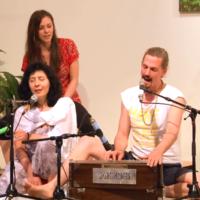 Ruzan Kai und Jasmin singen das Maha Mantra