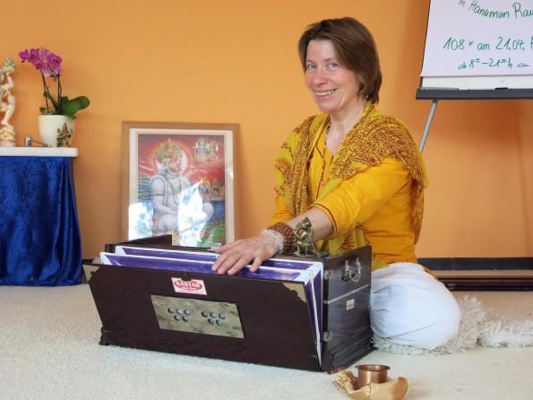 Vani Devi spielt das Harmonium