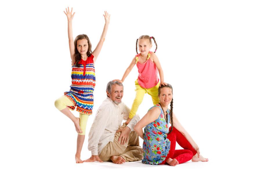 Vier-köpfige Familie, Eltern mit zwei Töchtern