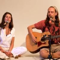 Ed und Amber singen Om Namah Shivaya