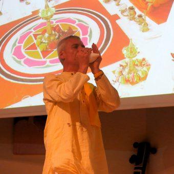 Sitaram bläßt das Muschelhorn