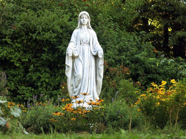 Maria bei der Obstwiese
