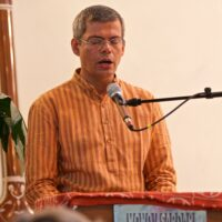 Harilal rezitiert die Shanti Mantra