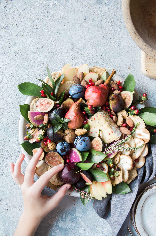 Voll gefuellter Teller mit Obst und Crackern
