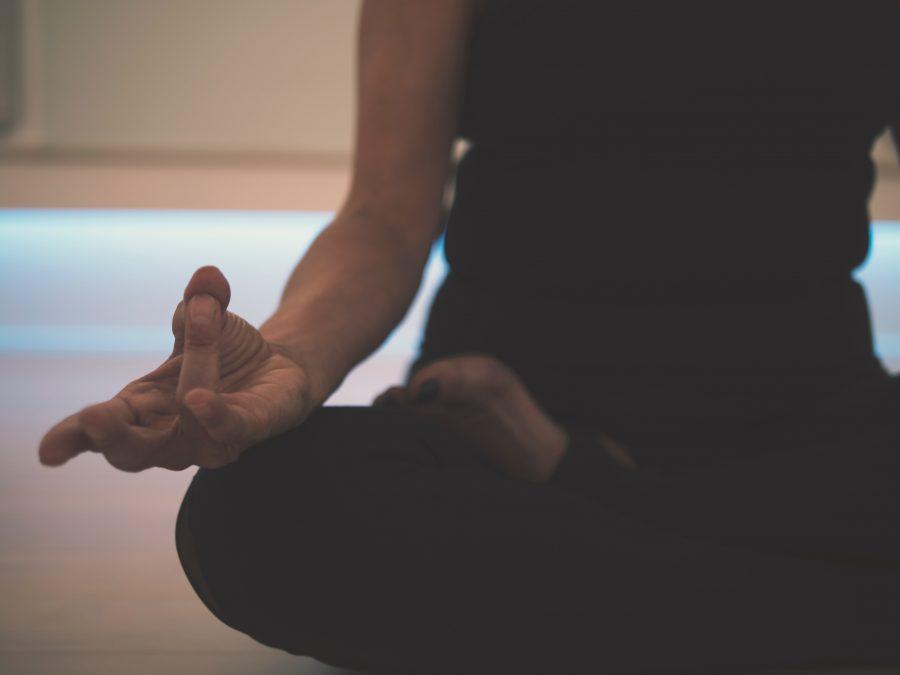 Unterkörper und Beine einer Frau im Meditationssitz