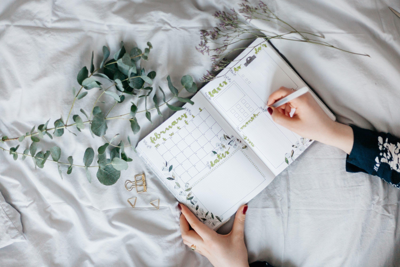 Frau erstellt Liste in einem Planer