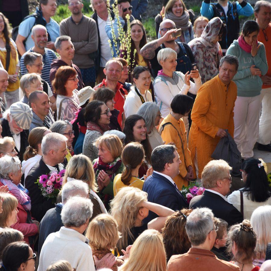 Großer Andrang auf dem Vorplatz des Eingangs von Mahemeru bei der feierlichen Eröffnung.