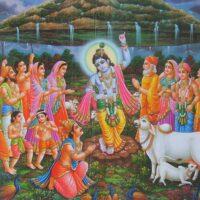 Krishna hebt den Govardhana Berg hoch