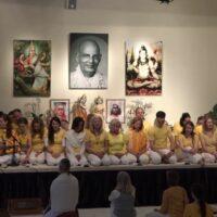 Yogalehrerinnen singen Kailash Ki Shakti Shiva