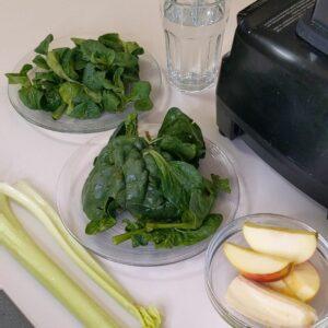 Apfel, Feldsalat, Spinat und Sellerie eigenen sich gut für einen Smoothie.