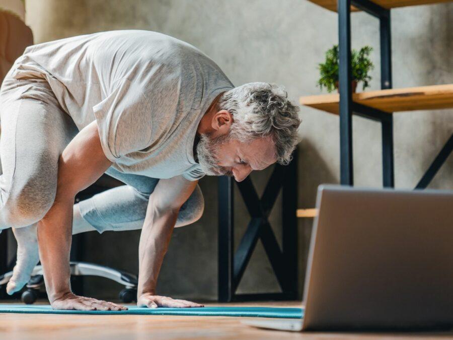 Jeder kann Yoga Zuhause vor dem Laptop oder Computer machen, das ist ganz einfach.
