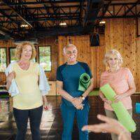 Der Anfang von Yoga ist nicht auf ein bestimmtes Alter festgelegt. Jeder kann auf seine Art und Weise Yoga anfangen