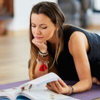 """Beitragsbild und Link zu dem Blogartikel """"Die 9-Tage Intensiv Yogalehrer Weiterbildungen"""""""