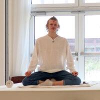 Linus bei seiner Teamaufnahme Mitte April 2021 im Tripura Saal von Yoga Vidya Bad Meinberg