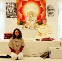 Link zum Yoga Vidya Blogbeitrag Teamaufnahme im April