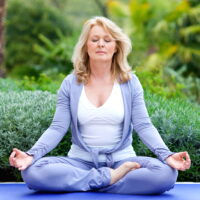 Ältere Frau beim Meditieren im Schweige-Retreat