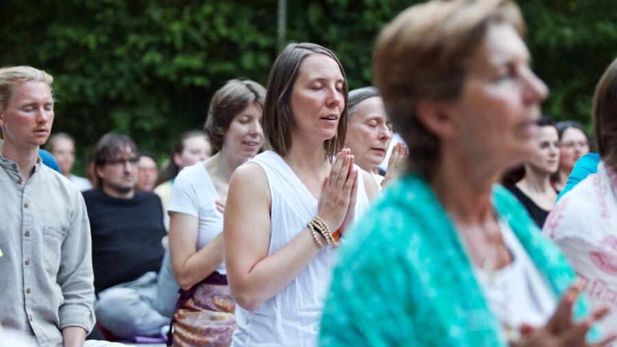 Individualgäste meditieren in der Gruppe