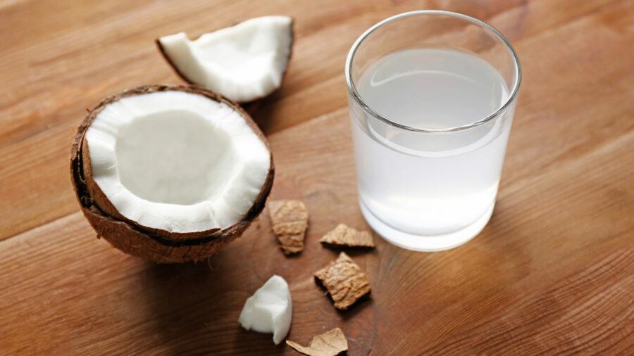 Ein Glas Kokosnusswasser