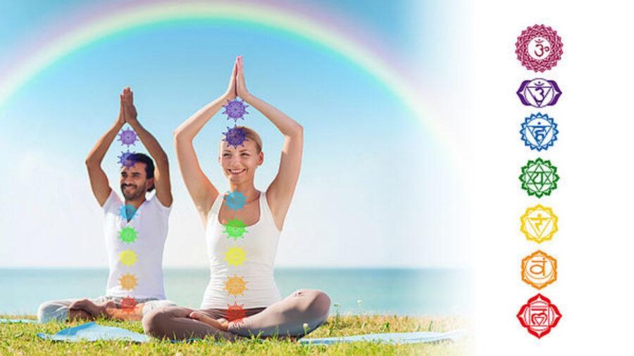Mann und Frau praktizieren Kundalini Yoga