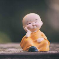 Statue eines entspannten Mönches